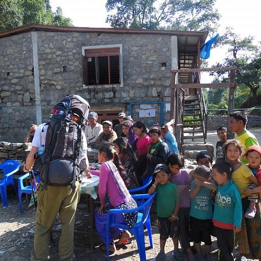 הילדים והמורה בכפר Labubashi אוספים תרומות