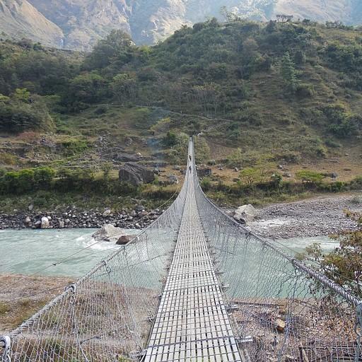גשר תלוי לפני העליה לכפר פילים