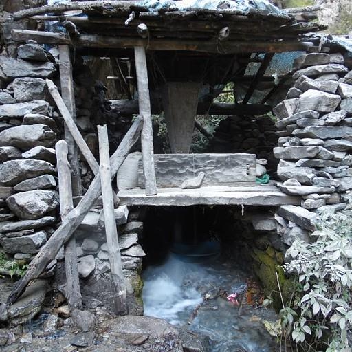 טחנת קמח מקומית (עובדת!) שפועלת באמצעות זרימת המים.