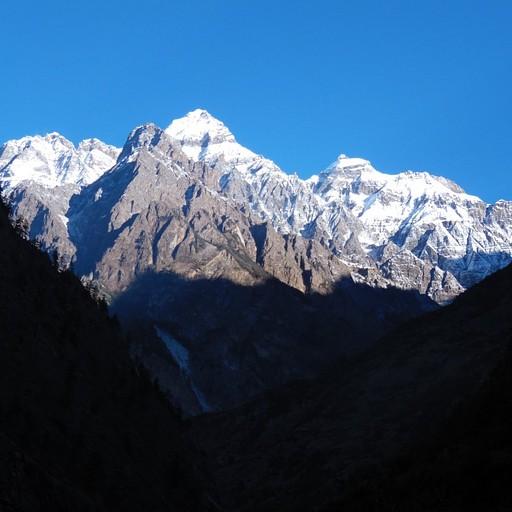 הנוף שקמנו אליו בבוקר. עד שעות הבוקר המאוחרות השמש מאירה רק על פסגות ההרים.