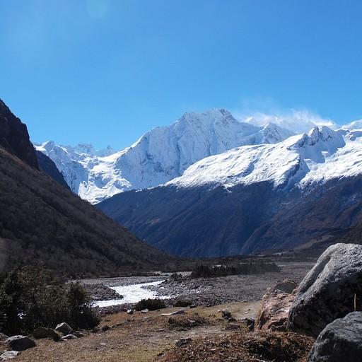 ההרים שממול הם חלק מרכס בגובה 6000+ מטרים שמהווה את הגבול הטבעי בין נפאל לטיבט