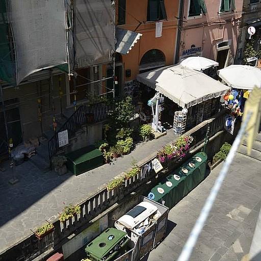 הרחוב הראשי מחלון הדירה