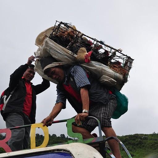 בדרך לטריסולי באזאר - מעמיסים סחורה לגג