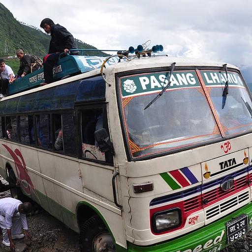 האוטובוס המופלא שלנו נכנע לבוץ של המונסון