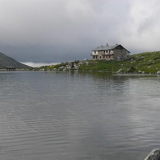 סדטמה עזרא, צמוד לאחד האגמים