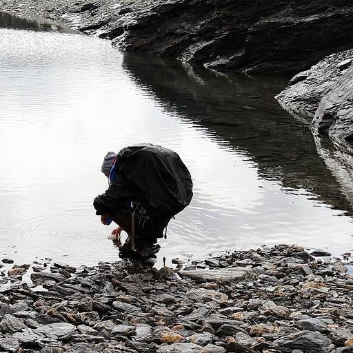 ממלאים מים באחד האגמים. המים צלולים, קרים ונהדרים לשתייה