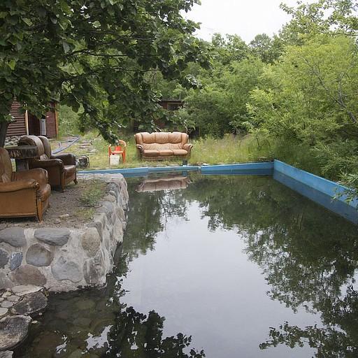 הבריכה החמה לצד הבקתות