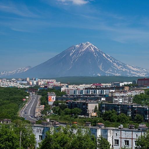 Klyuchevskoy volcano מעל העיר