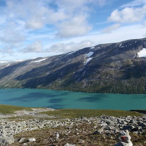 האגם הגדול אליו יורדים