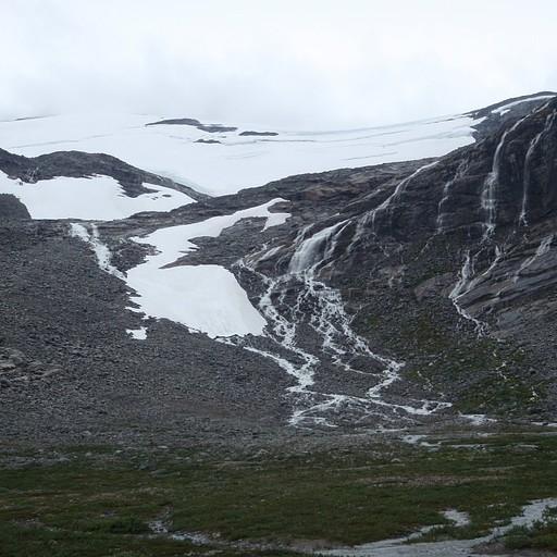 תחילת העלייה דרך הקרחון והמפלים