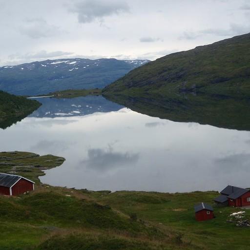 האגם לצד הבקתות