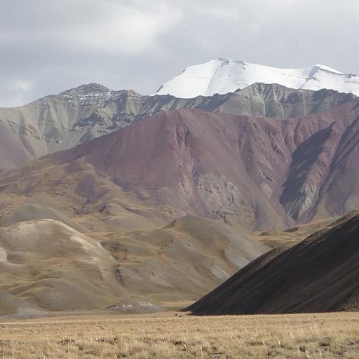 הרים צבעוניים באזור לנין פיק