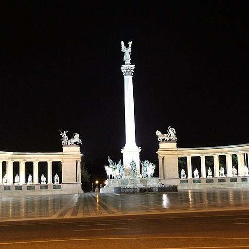 כיכר הגיבורים בלילה