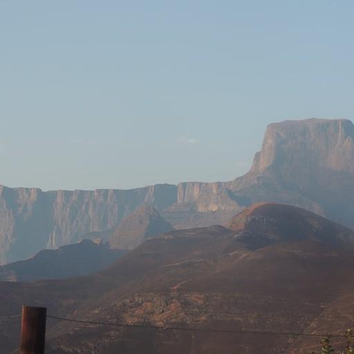 נוף לAmphitheatre מ-Witsieshoek, ה- Sentinel Peak בימין.