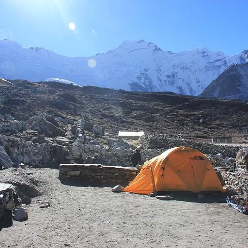 האוהל שבו ישנתי ולידו ציוד הטיפוס