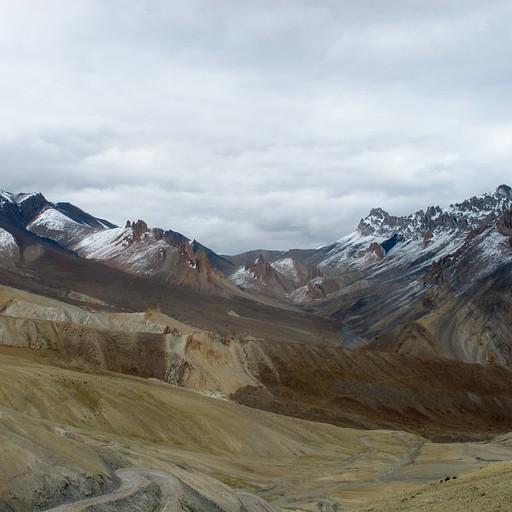 מבט אחורה מהעלייה לפאס - באמצע הרכס ה-Nigutse La שעברנו יום קודם - הבוקר כולו מושלג...