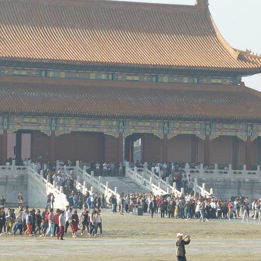 שער בעיר האסורה על רקע ההמון