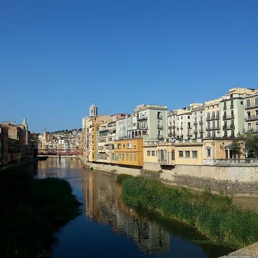 הנהר בעובר במרכז העיר