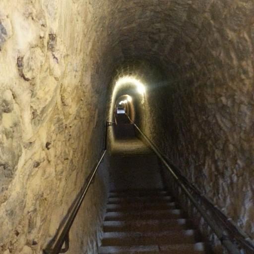 המדרגות המקשרות בין המבצר לעיירה