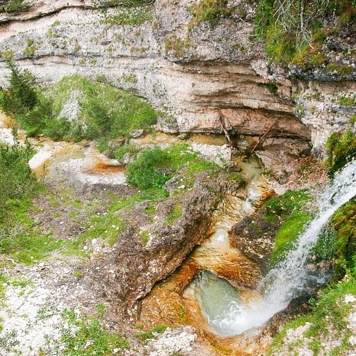 מפל מים זורמים בירידה לעמק