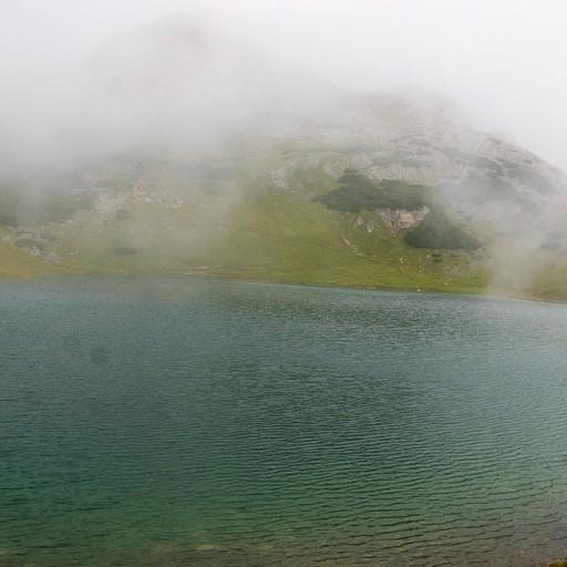 אגם ליד השביל בתחיל היום