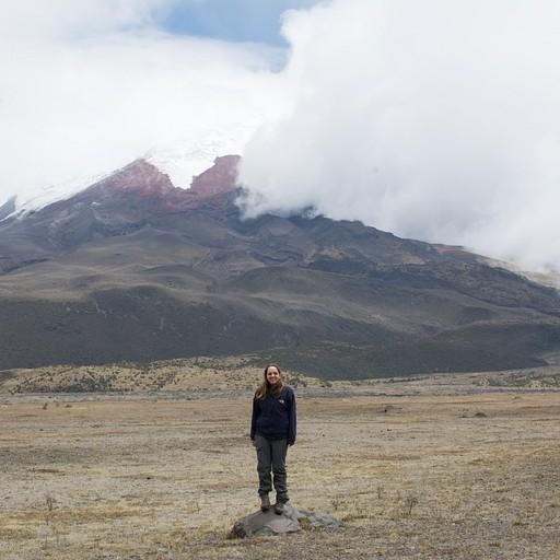 הר הגעש מציץ מבעד לעננים - הדקות הבודדות במהלך היום שיכולנו כמעט לראות את הפסגה