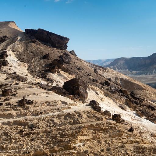 בולדרים של סלע צור על סלע קירטון