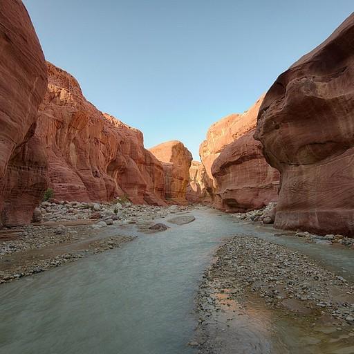 בחלק האחרון של הנחל הגנים התלויים נעלמים אבל הסלעים נעשים אדומים ויפים