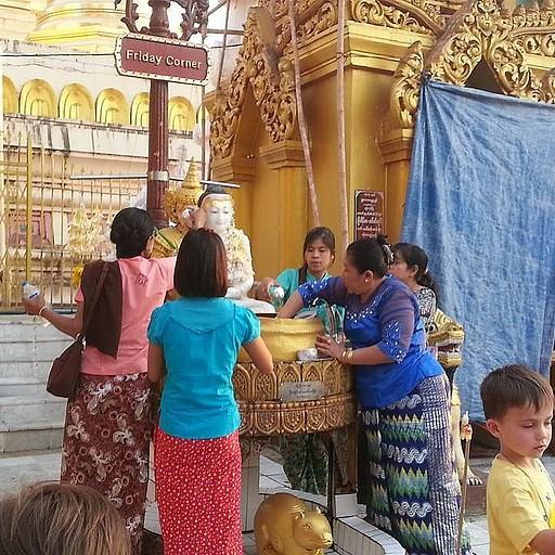 מקומיות שופכות מים על בודהה בטקס דתי