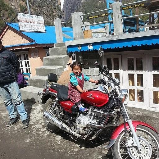 ילדת הימלאיה על האופנוע של אבא