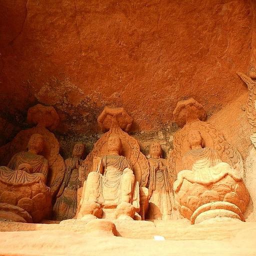 בודהות קטנות במערה