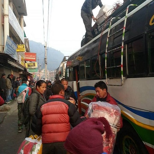 מעמיסים ציוד (אחר כך גם אנשים) על גג האוטובוס