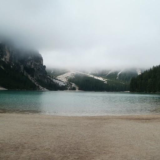 האגם ב9 בבוקר. עדיין מכוסה בענן