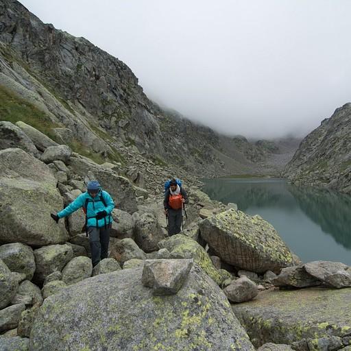הדרך חזרה מהאגם בקפיצות בין בולדרים