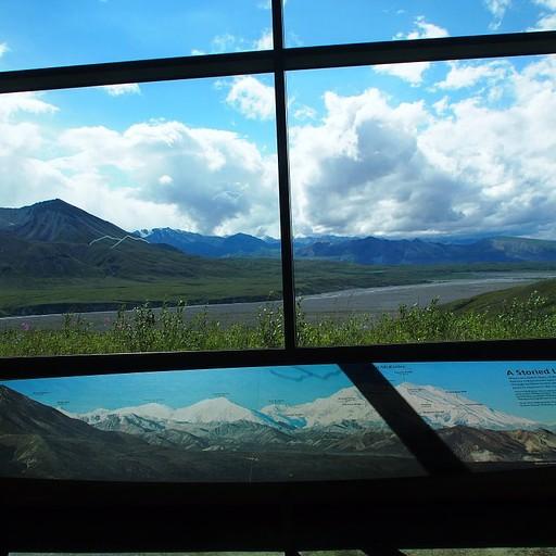 פלקט הסבר במרכז המבקרים - איפה אמור להיות ההר..