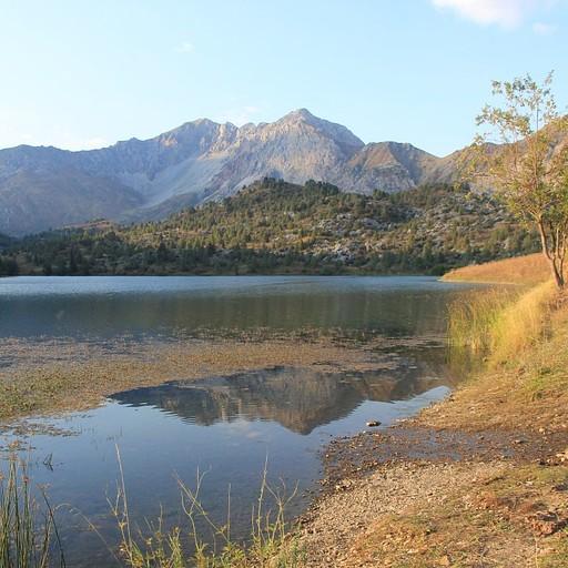 האגם הקטן שלידו ישנו