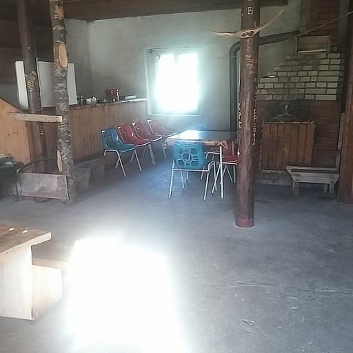 חדר האוכל בבקתת היערן ליד אגם שקרצ'קו (Ŝkrčko)