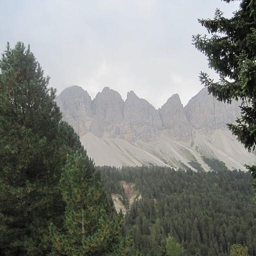 הסלעים הראשונים באופק