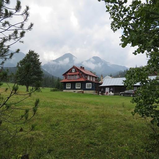 הבקתה החצי נטושה על רקע ההרים