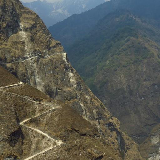 השביל מטפס על המצוק