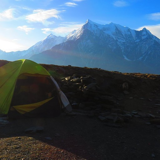 האוהל ב- yak kharka וברקע רכס האנאפורנה