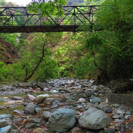 גשר הברזל שחוצה את נהר ה-