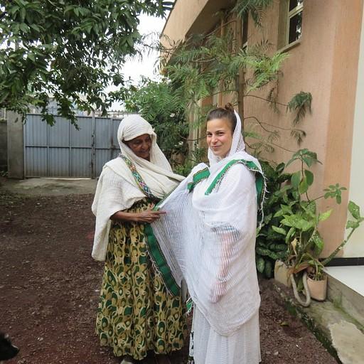 אזאנה מלבישה אותי בביגוד מסורתי לכנסייה