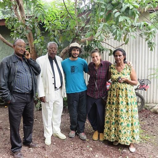 הפרידה מהמארחים שלנו באוו, מימין: אזאנה, אני, דור, נוגוס ואורח שלהם