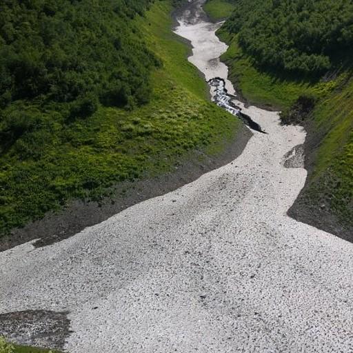 המיני קרחון שעליו עברנו לצד השני - הנהר זורם מתחתיו.