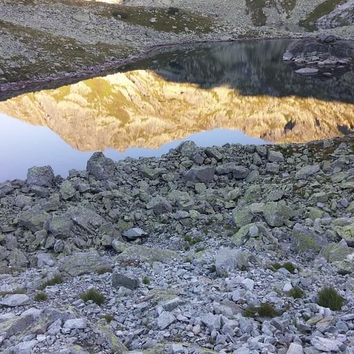 האגם בדרך לפסגה
