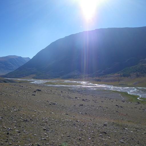 מפגש ערוצים. ניתן לראות עצים על צלע ההר מדרום לנהר הלבן