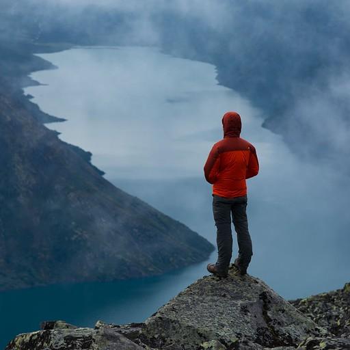 הערפל מתחיל להתפזר מעל אגם Gjende