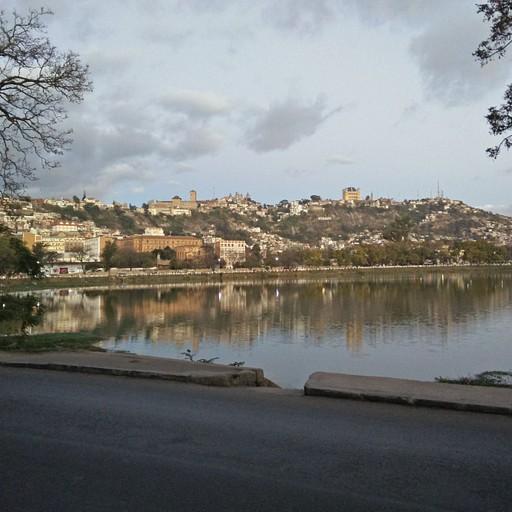 אגם Anosy והנוף ל-Haute Ville