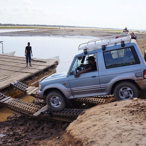 עולים על רפסודה לחציית נהר Tsiribinha